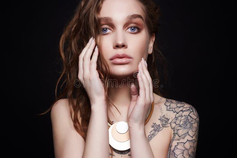 Kobieta z koli? tatuująca seksowna kędzierzawa dziewczyna z biżuterią obrazy royalty free