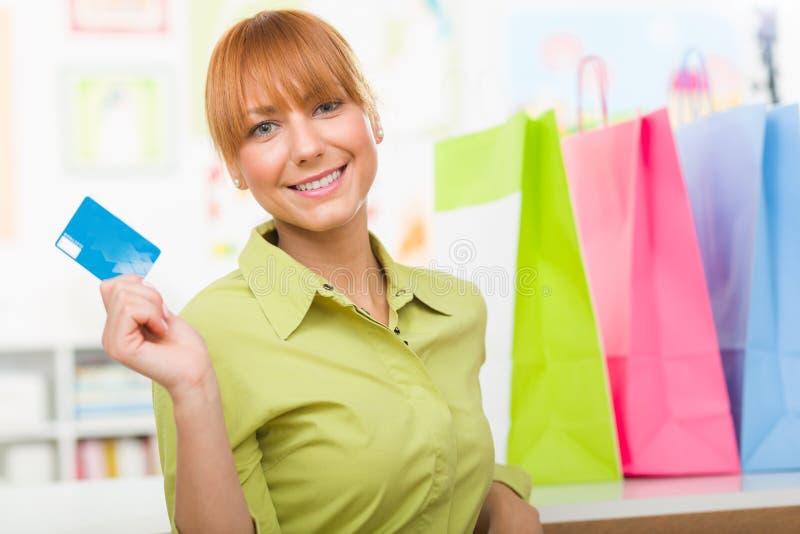 Kobieta z kolorowymi torba na zakupy i trzymać kredytową kartę zdjęcie stock