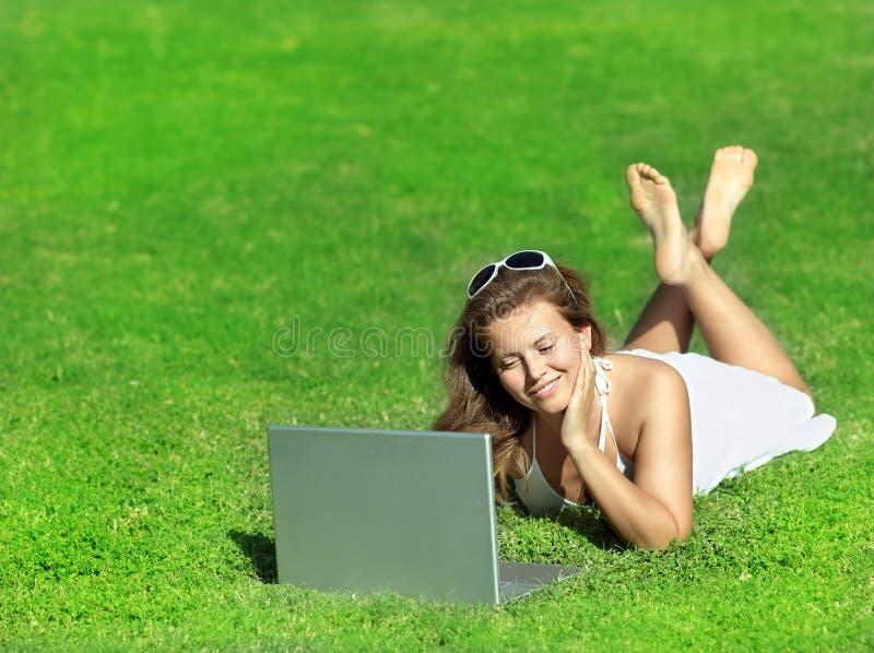 Kobieta z komputerem outdoors zdjęcia stock