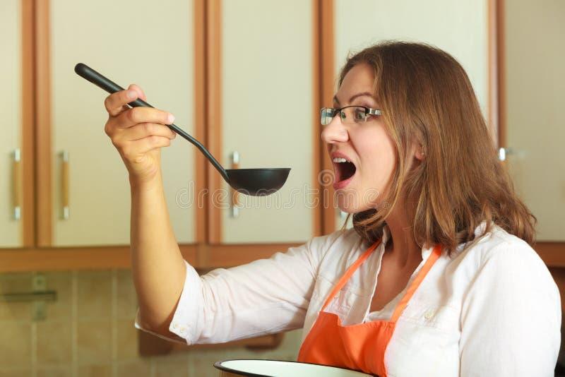 Kobieta z kopyścią i garnkiem w kuchni fotografia royalty free