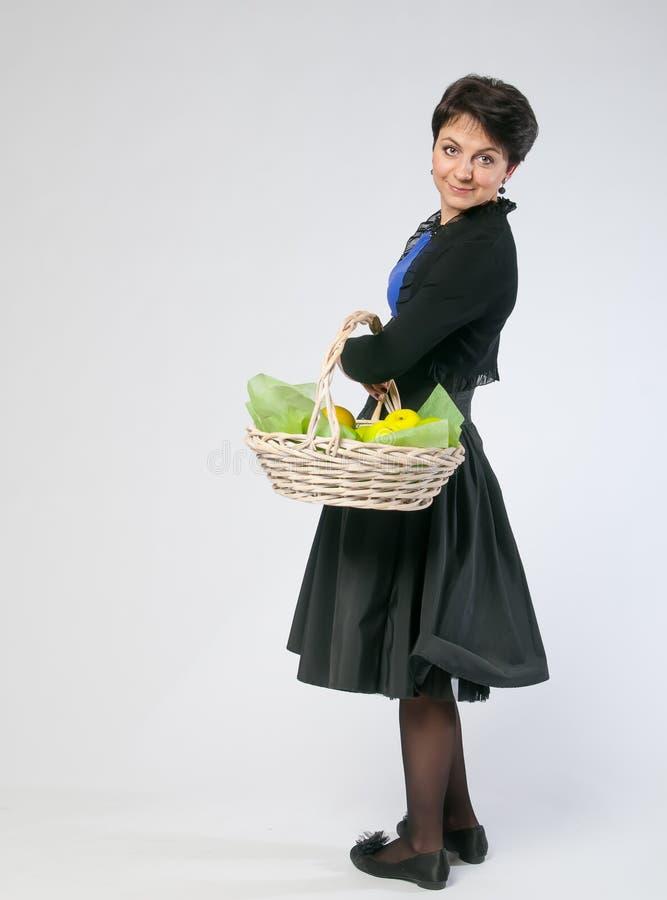 Kobieta z koszem zdjęcie stock
