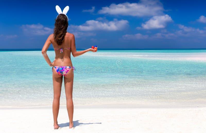 Kobieta z królików ucho i Easter jajkami zdjęcie stock