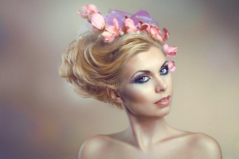 Kobieta z kreatywnie fryzurą z kwiatami zdjęcie royalty free