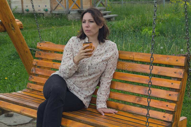 Kobieta z kubkiem podczas odpoczynku zdjęcia royalty free