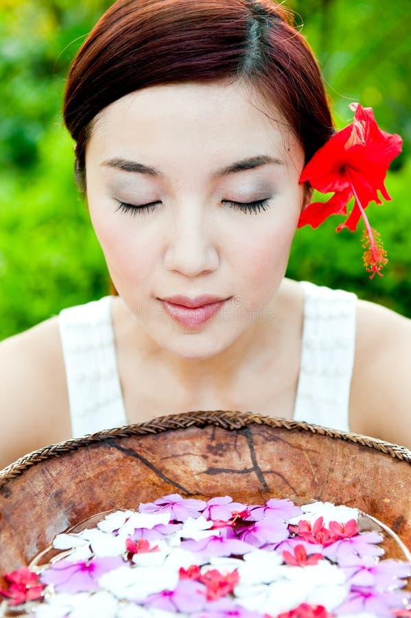 Kobieta Z Kwiatami obrazy royalty free