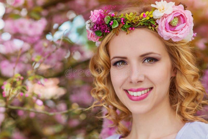 Kobieta z kwiatu wiankiem przeciw różowemu drzewu w blossoom obrazy royalty free