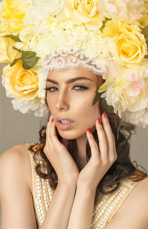 Kobieta z kwiecistą koroną obraz stock