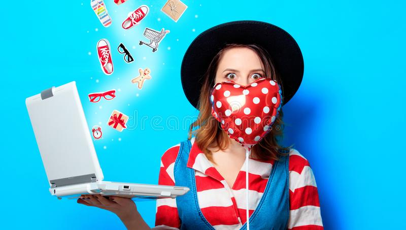 Kobieta z laptopem i sercem obraz stock