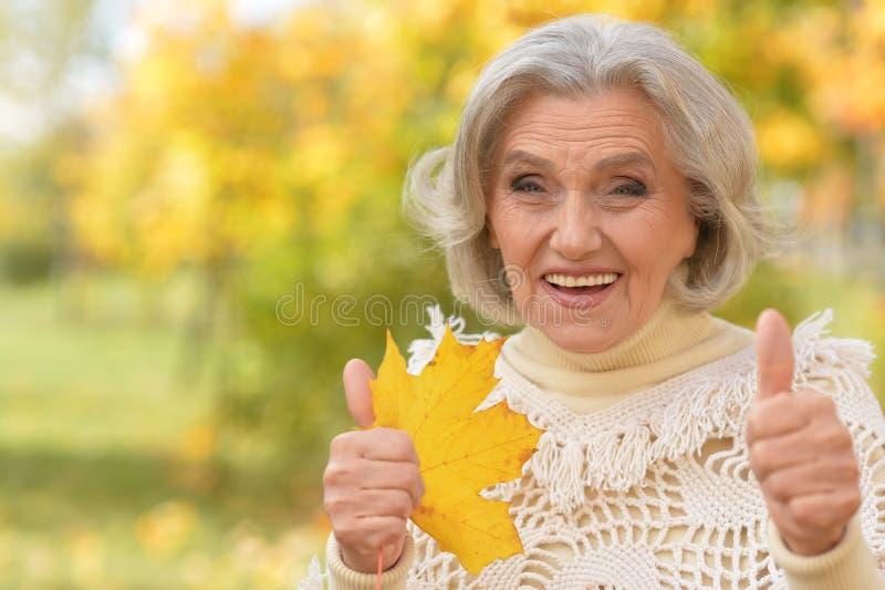 Kobieta z liścia pozować obrazy royalty free