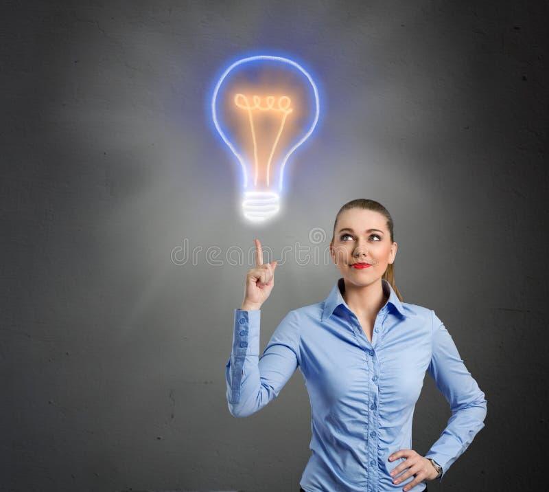 Kobieta z lightbulb jako pojęcie rozwiązanie i pomysł obrazy stock