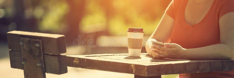 Kobieta z mądrze telefonem outdoors zdjęcie stock