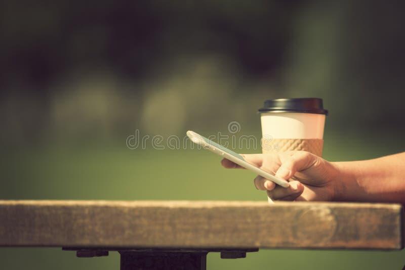 Kobieta z mądrze telefonem outdoors obraz royalty free