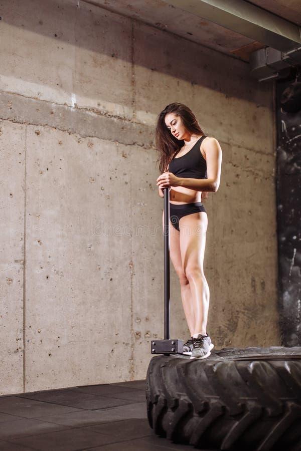 Kobieta z młotem w gym dziewczyna z młotem w szkoleniu zdjęcie stock