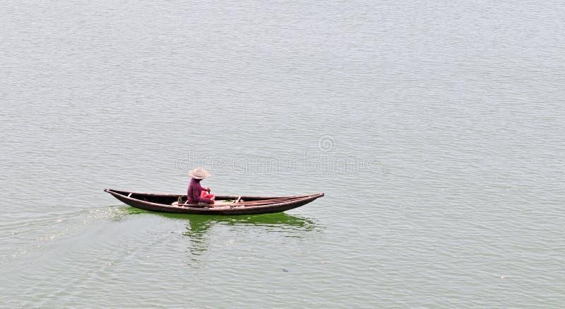 Kobieta z małą łódką na morzu w Phan Thiet, Wietnam fotografia royalty free