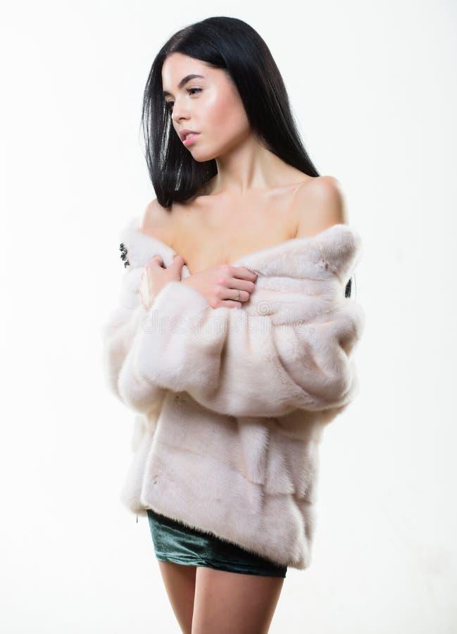 Kobieta z makeup odzieży wyderkowym beżowym futerkowym żakietem Dziewczyna pozuje futerkowego żakiet Kobiet ramion odzieży skrótu obraz royalty free