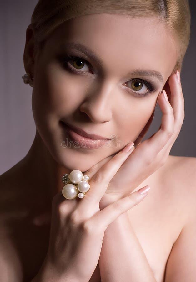 Kobieta z makeup w luksusowej biżuterii fotografia stock
