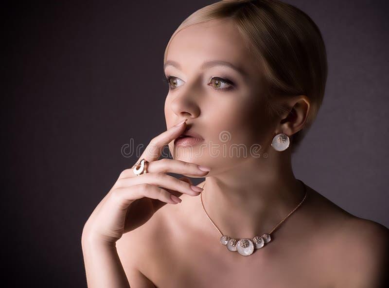 Kobieta z makeup w luksusowej biżuterii zdjęcie stock