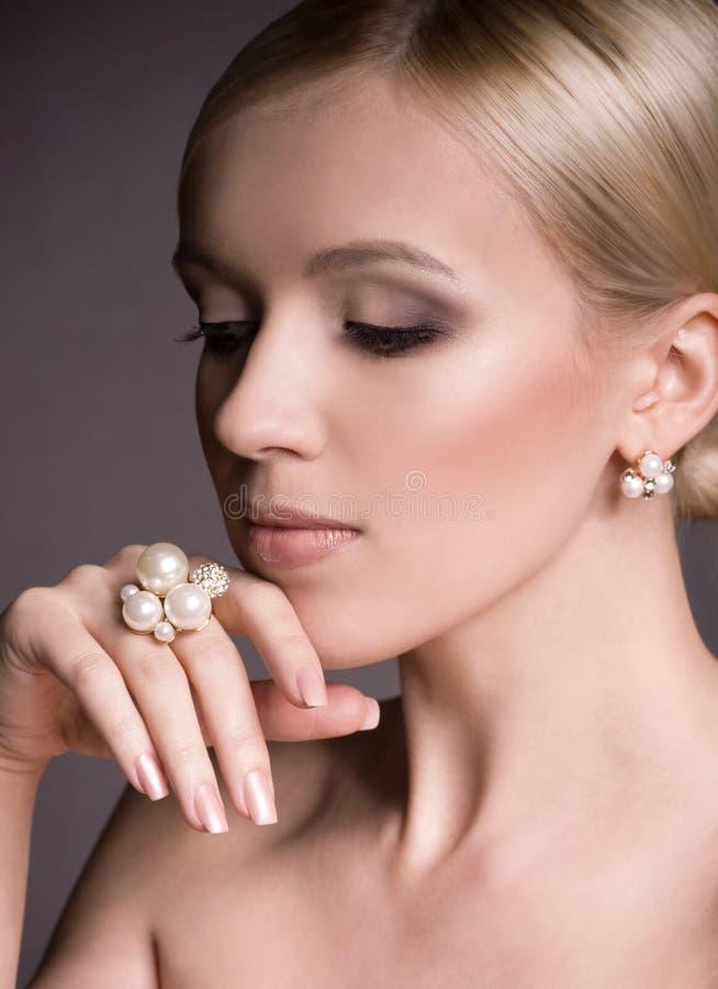 Kobieta z makeup w luksusowej biżuterii zdjęcie royalty free