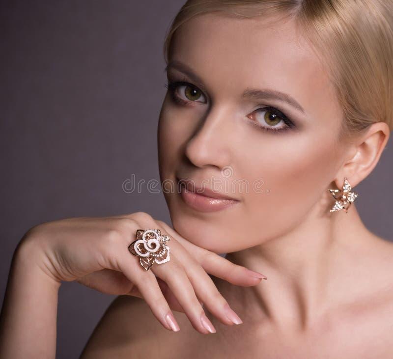 Kobieta z makeup w luksusowej biżuterii obraz stock