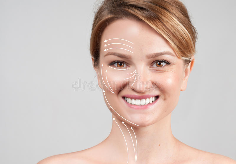 Kobieta z masaż liniami stosowanie opieki skóry przejrzystego lakier Twarzy dźwignięcia starzenia się traktowanie zdjęcia royalty free