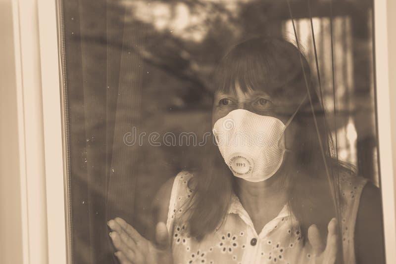 Kobieta z maską twarzą medyczną Kwarantanna podczas pandemii wirusa Coronavirus obraz stock