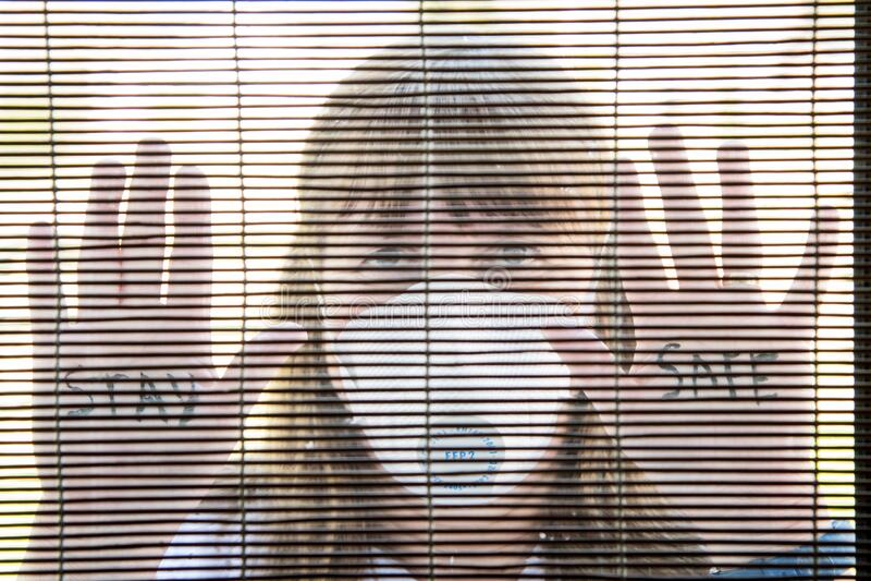 Kobieta z maską twarzą medyczną Kwarantanna podczas pandemii wirusa Coronavirus zdjęcie stock