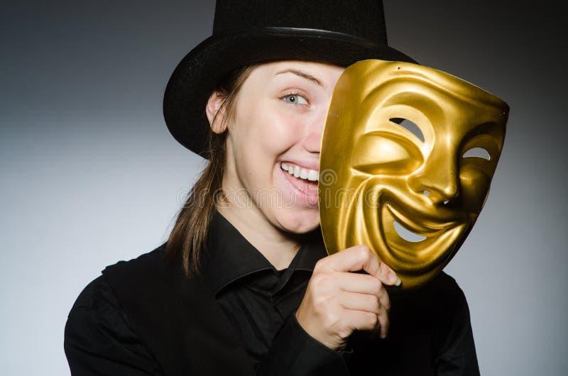 Kobieta z maską w śmiesznym pojęciu fotografia royalty free