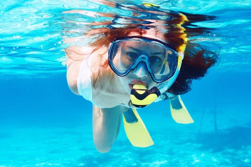 Kobieta z maskowy snorkeling zdjęcie stock