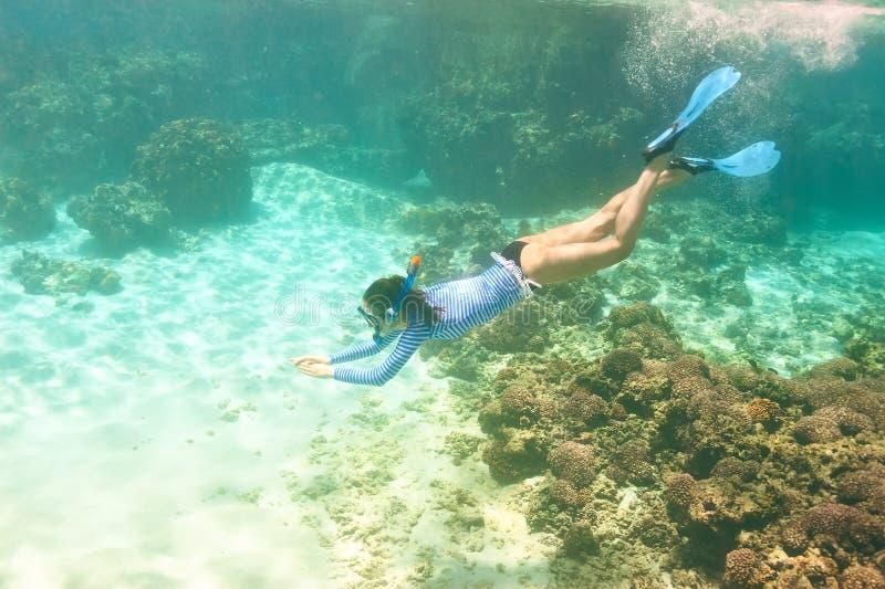 Kobieta z maskowy snorkeling obrazy stock