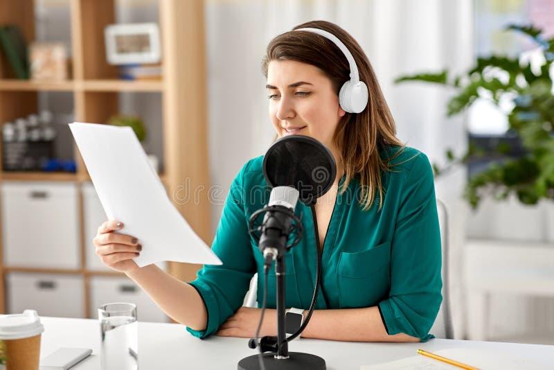 Kobieta z mikrofonu magnetofonowym podcast przy studiiem obraz royalty free