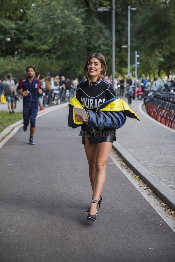 Kobieta z modnym spojrzeniem, pozy przy Mediolańskim moda tygodniem obraz stock