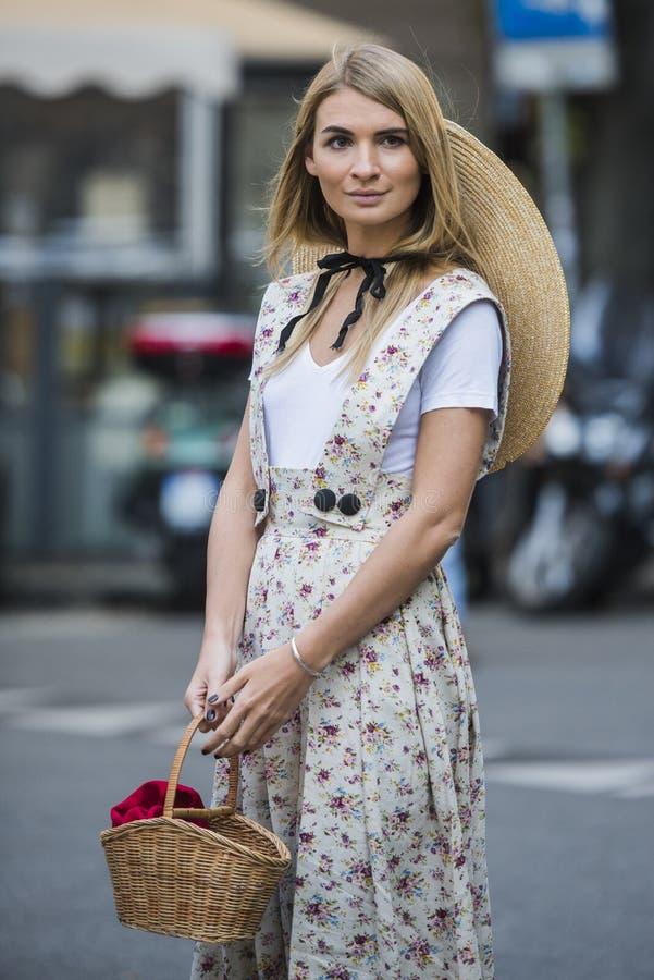 Kobieta z modnym spojrzeniem, pozy przy Mediolańskim moda tygodniem fotografia stock