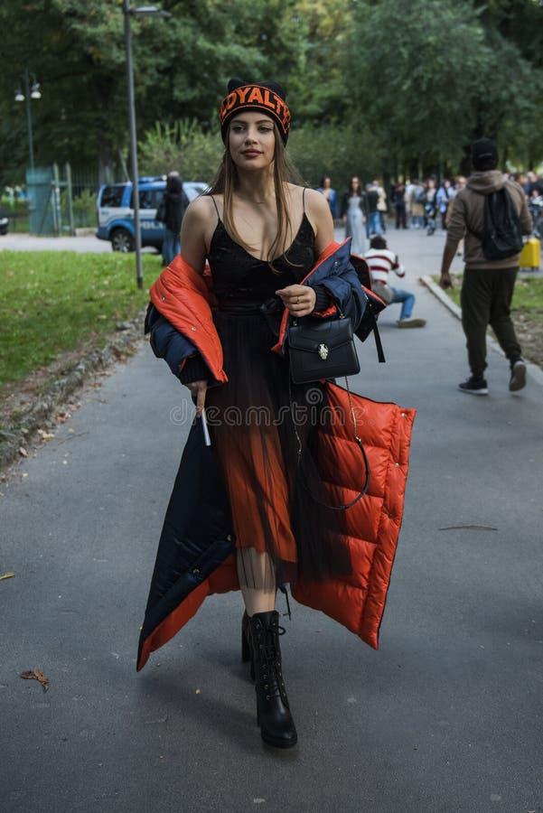 Kobieta z modnym spojrzeniem, pozy przy Mediolańskim moda tygodniem obraz royalty free