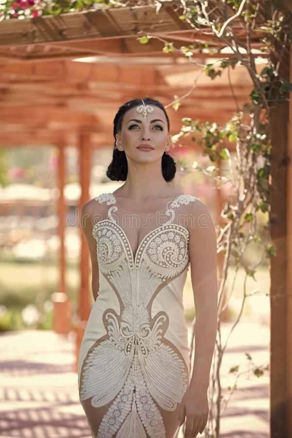 Kobieta z mody makeup w białej ślubnej sukni fotografia stock