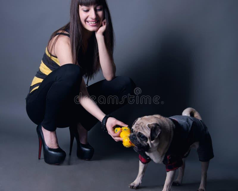 Kobieta z mopsa psem zdjęcie stock