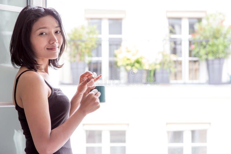 Kobieta z napojem zdjęcia royalty free