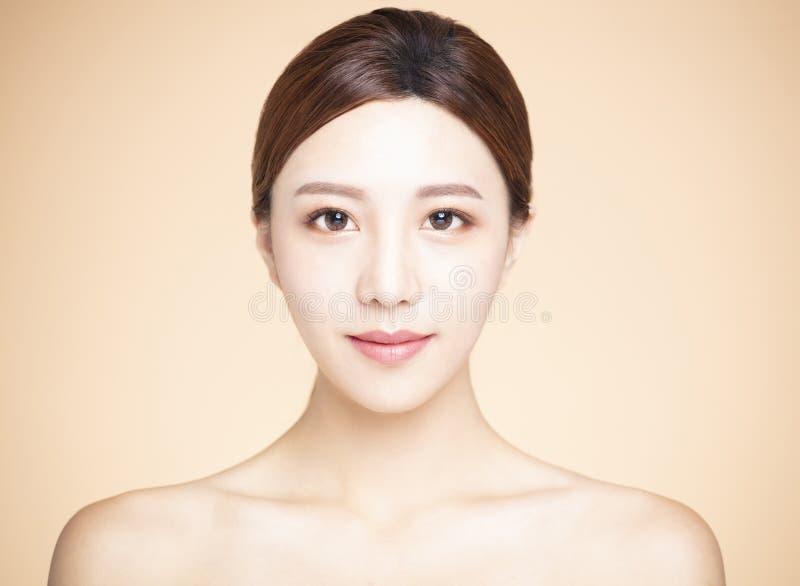 kobieta z naturalnym makeup i czystą skórą zdjęcie royalty free