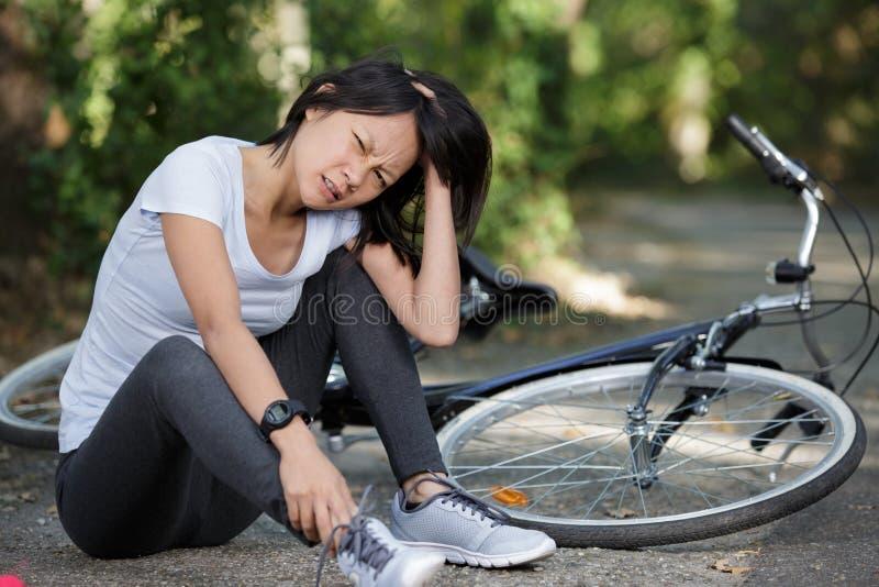 Kobieta z niepokojącą miną z powodu wypadku na rowerze obraz stock