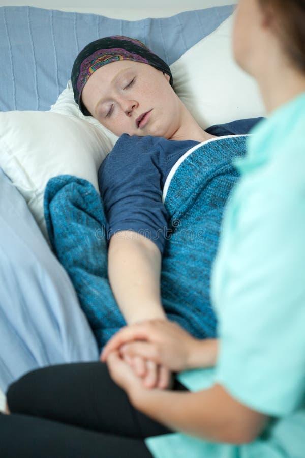 Kobieta z nowotworem i zachęcanie pielęgniarką zdjęcia stock