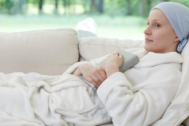 Kobieta z nowotworem na kanapie fotografia stock