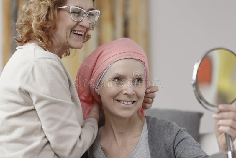 Kobieta z nowotworem w chustka na głowę obraz stock