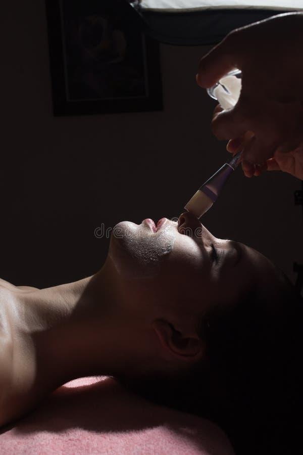 Kobieta z odżywki twarzową maską w piękno salonie, zamyka up Depresji Kluczowa fotografia zdjęcie stock