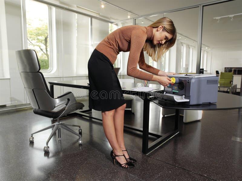 Kobieta z odbitkowym maszynowym tyu zdjęcia royalty free