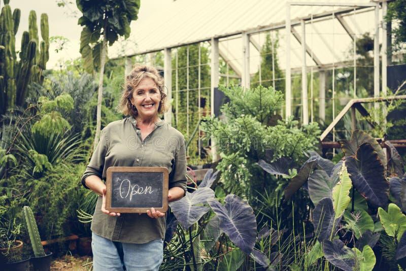 Kobieta z ogrodnictwem biznesowym zaczyna up obraz royalty free