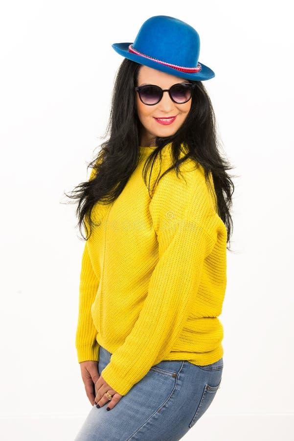 Kobieta z okularami przeciwsłonecznymi i błękitnym kapeluszem zdjęcia royalty free