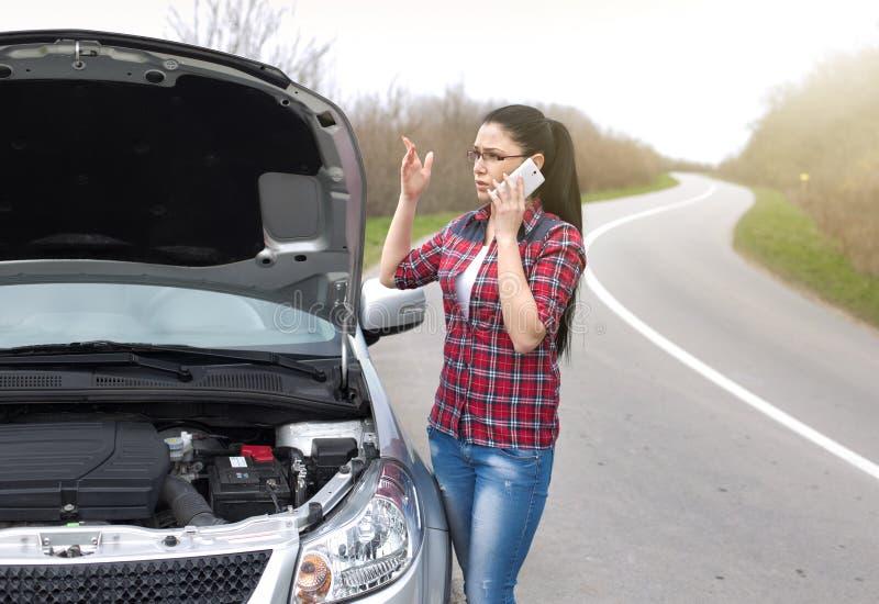 Kobieta z otwartym kapiszonem obok drogi caling dla pomocy zdjęcie stock