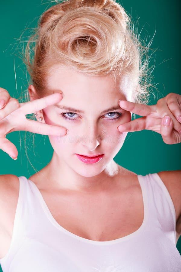 Kobieta z palcami blisko do oczu obraz stock
