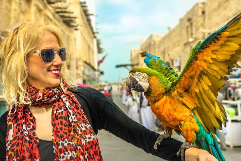 Kobieta z papugą obrazy royalty free