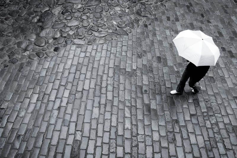 Kobieta z parasolem w deszczu zdjęcie royalty free