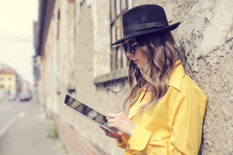 Kobieta z pastylką zdjęcia stock
